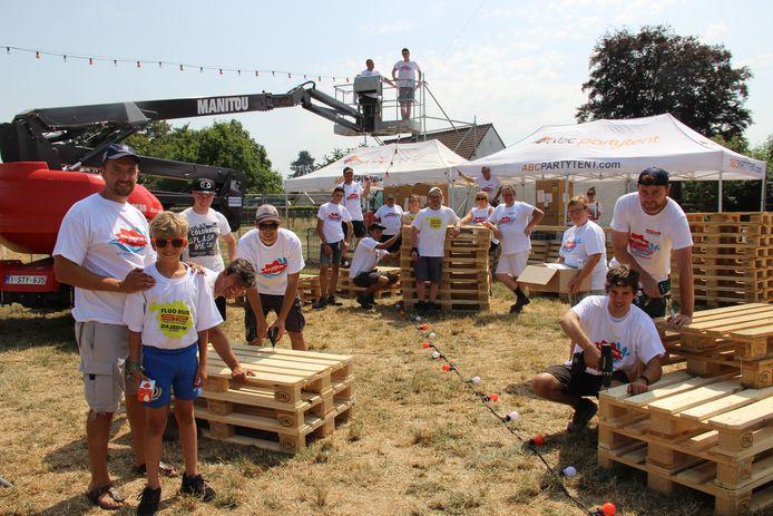 Vrijwilligers trotseren de warmte om alles klaar te maken voor de Zulzeekse Feesten.