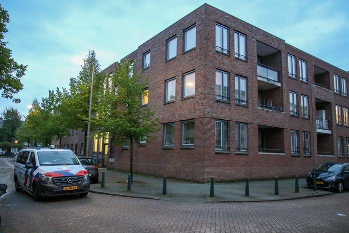 Een man liep donderdagavond schreeuwend en met een mes op straat in Rotterdam-West. Na zijn aanhouding bleek hij gewond te zijn.