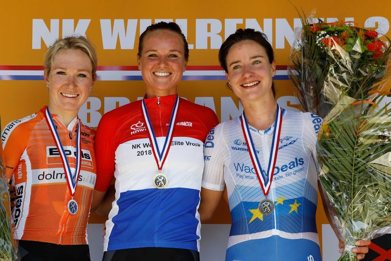 Blaak (midden) op het podium met Amy Pieters, die tweede werd, en Marianne Vos.  Beeld ANP