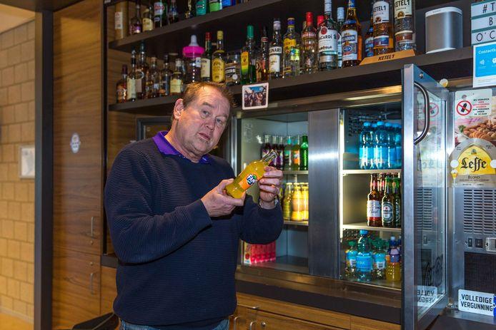 Hans Visser, horeca uitbater van partycentrum Haestinge, is de houdbaarheidsdatum van zijn voorraad aan het controleren.