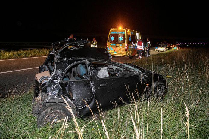 Een bestuurder is gewond geraakt bij een ongeluk op de A325 bij knooppunt Ressen. Van zijn auto is weinig meer over.
