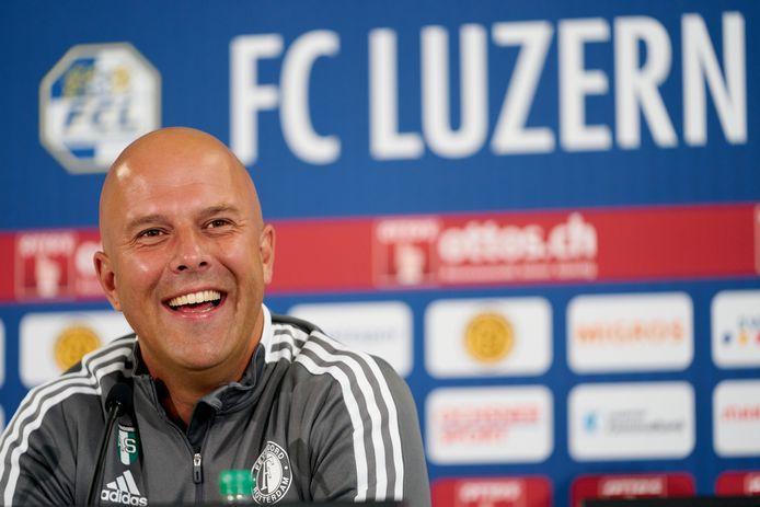 Arne Slot tijdens de persconferentie.