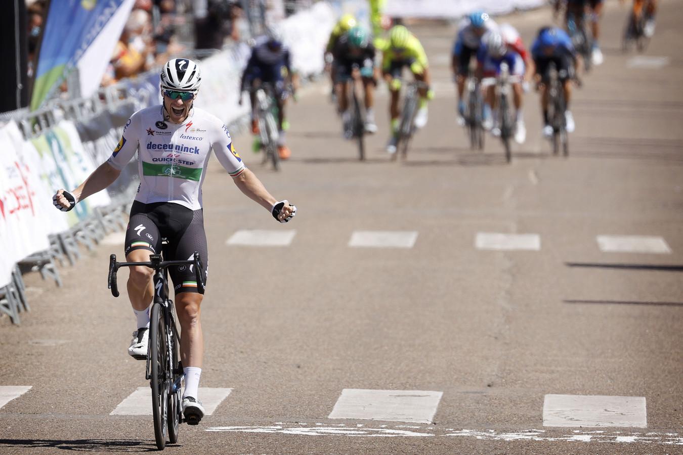 Sam Bennett komt juichend over de finish in Roa de Duero.
