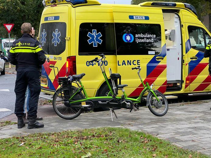 De fietsers op de duofiets werden aangereden en gingen mee naar het ziekenhuis.