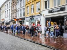 """Tientallen fans van blauw-zwart wachten uren tot Clubshop in Brugge-centrum opent: """"Hier móésten we bij zijn"""""""