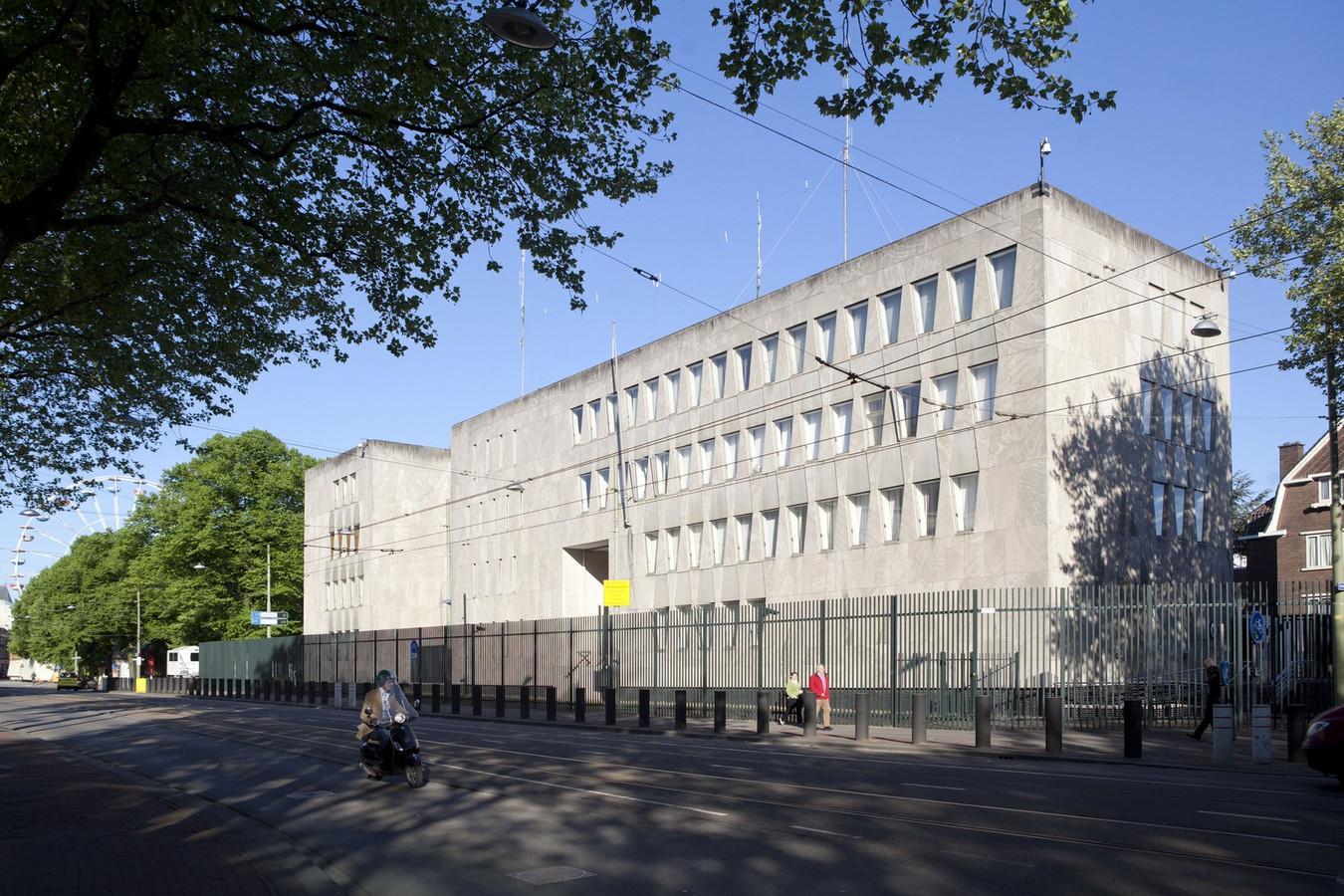 De huidige Amerikaanse ambassade aan het Lange Voorhout in Den Haag. Omdat sinds 9/11 veel zwaardere veiligheidsmaatregelen nodig zijn, willen de Amerikanen verhuizen naar een veiligere plek. Die werd na een jarenlange zoektocht gevonden in Wassenaar, vlak aan de Rijksstraatweg.