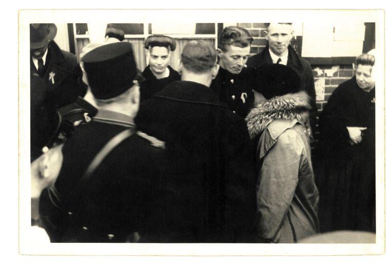Wilhelmina bezoekt Oostkapelle in maart 1945. In het midden staat Maria. Beeld .