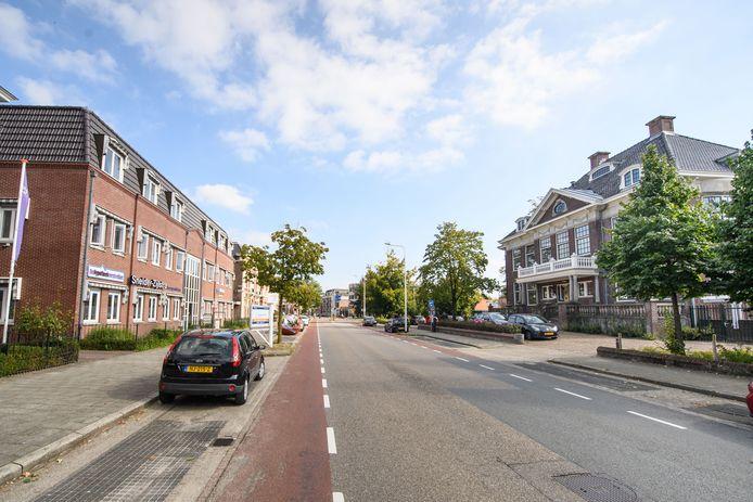 De Wierdensestraat met rechts het oude politiebureau, sinds jaar en dag het domein van Tactus Verslavingszorg. De laatste maanden een bron van overlast.