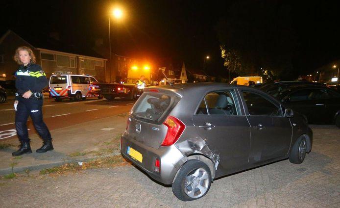 Auto op zijn kant na botsing met kerende wagen in Den Bosch.
