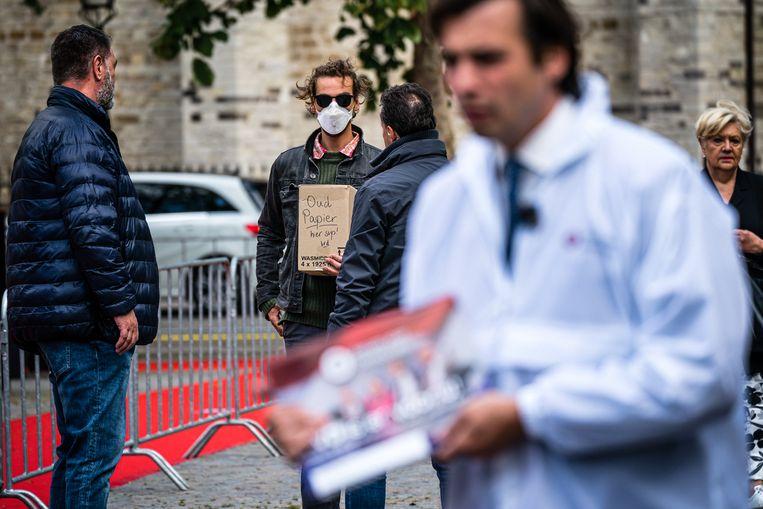 Thierry Baudet en demonstrant Jasper van den Elshout. Beeld Rob Engelaar