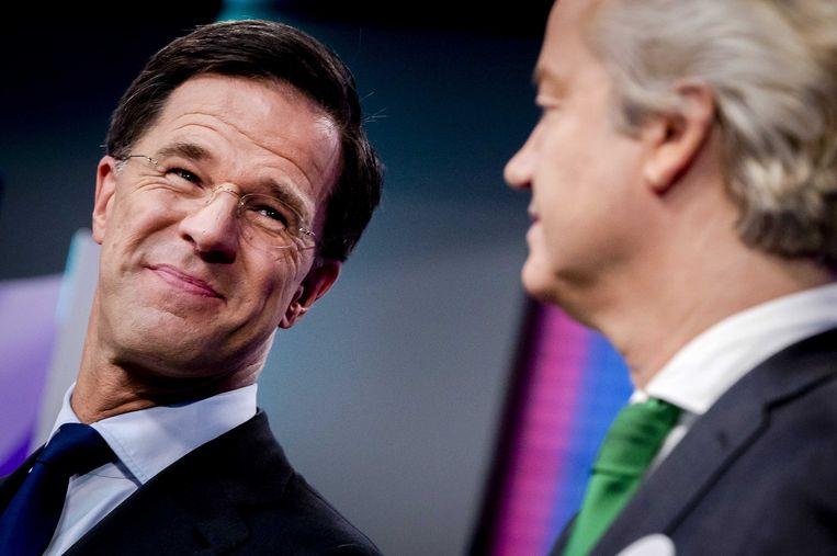 Nederlands premier Mark Rutte zal er vanavond ongetwijfeld op blijven hameren dat hij problemen oplost, terwijl Geert Wilders vanaf de tribune toekijkt. Beeld ANP
