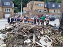De groep uit Sint-Niklaas helpt puin ruimen in Wallonië.