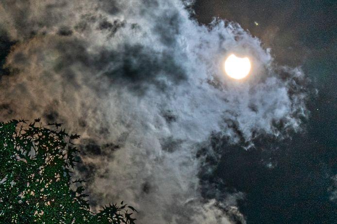 De gedeeltelijke zonsverduistering gezien vanuit Mierlo. De maan schuift deels voor de zon waardoor 17 procent van de zon verduisterd wordt.