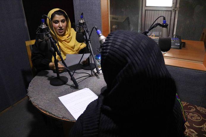 Journalistes van radiozender Killid in Herat, Afghanistan  in april 2021.