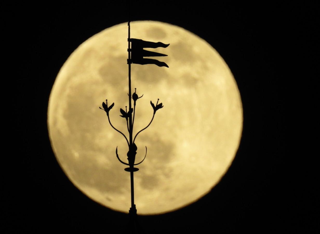 De maan achter de kathedraal van Santiago de Compostela, Spanje.