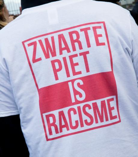Clash dreigt tussen Zwarte Piet-demonstranten en PSV-hooligans