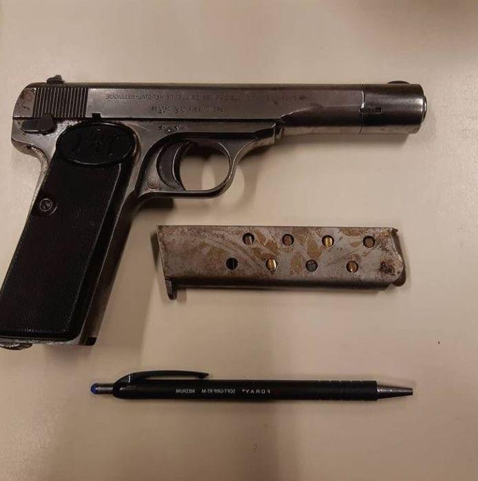 Het vuurwapen werd aangetroffen.