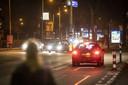 Klokslag 21.00 uur is het nog een drukte van belang op de wegen in Enschede. Automobilisten, hardlopers en fietsers maken zich dat zij naar huis komen.