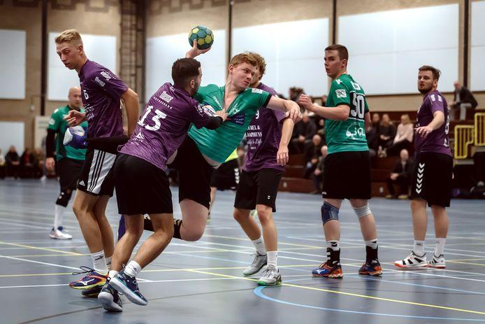 Sportverenigingen Groene Ster (handbal) en AZTV (turnen) voelen zich gesteund door de fracties van de PvdA, ChristenUnie, D66 en Moerdijk Lokaal. Zij pleiten voor de variant om dírect twee sportlocaties te bouwen, in plaats van één locatie, waar het college op aast.