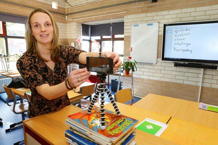 Leerkracht Caroliene Versluis maakt een filmpje voor haar leerlingen, waarin ze een dictee uitlegt.