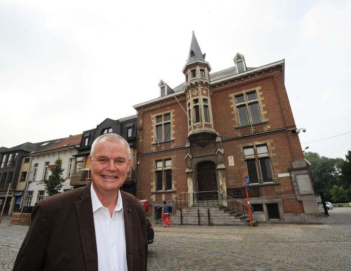 Jozef De Borger (CD&V) aan het oud gemeentehuis van Londerzeel in 2018.