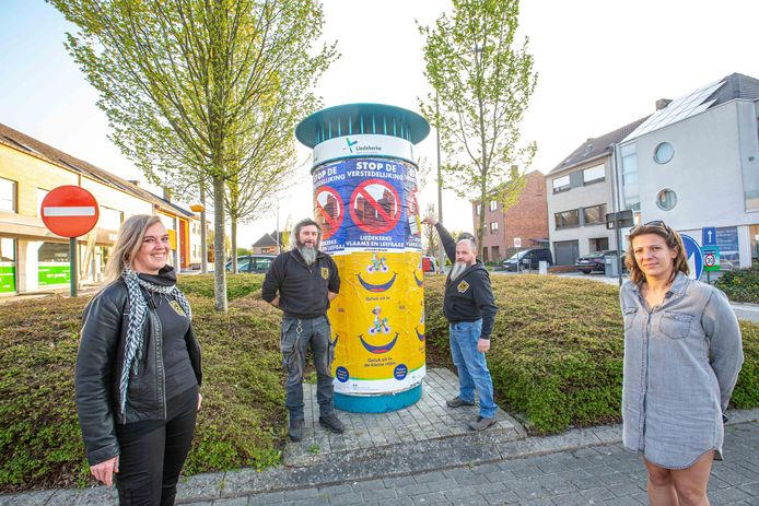Enkele leden van Vlaams Belang Liedekerke gingen deze week al aan de slag met het plakken van affiches.