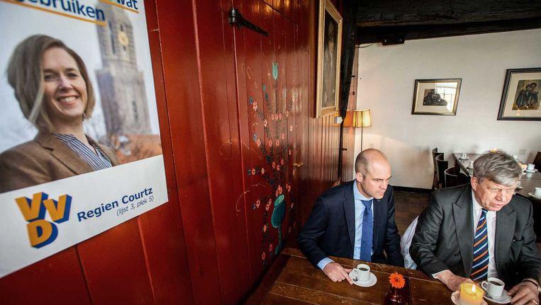 Kandidaat VVD-statenlid Overijssel Gert Brommer (L) en minister Ivo Opstelten van Veiligheid en Justitie afgelopen zaterdag tijdens de VVD-campagne in de aanloop naar de provinciale statenverkiezingen op 18 maart. Beeld anp