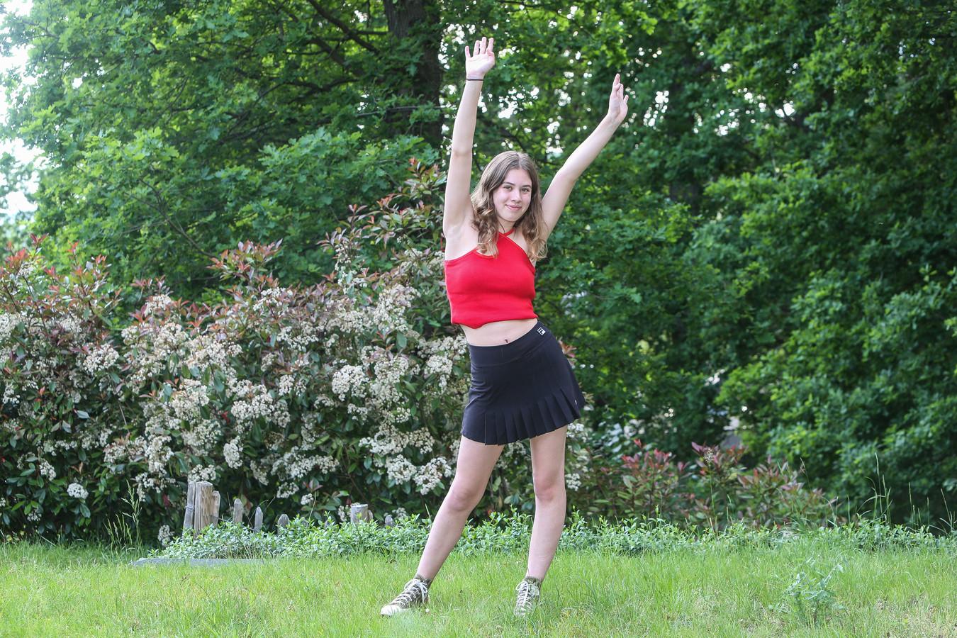 De 14-jarige Beatrix Yavuz klaagt de kledingvoorschriften aan op school.