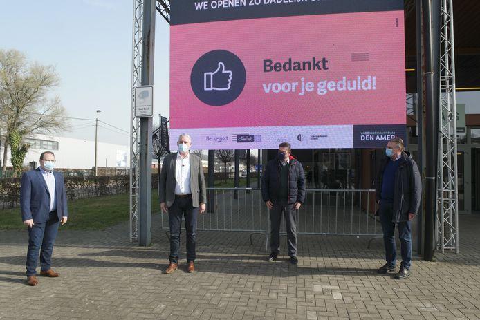 Burgemeester van Halen Erik Van Roelen (CD&V), Christophe De Graef (Open Diest) van Diest, Hans Vandenberg (CD&V) van Bekkevoort en Manu CLaes (CD&V) van Scherpenheuvel stelden met trots hun vaccinatiecentrum in Diest voor.