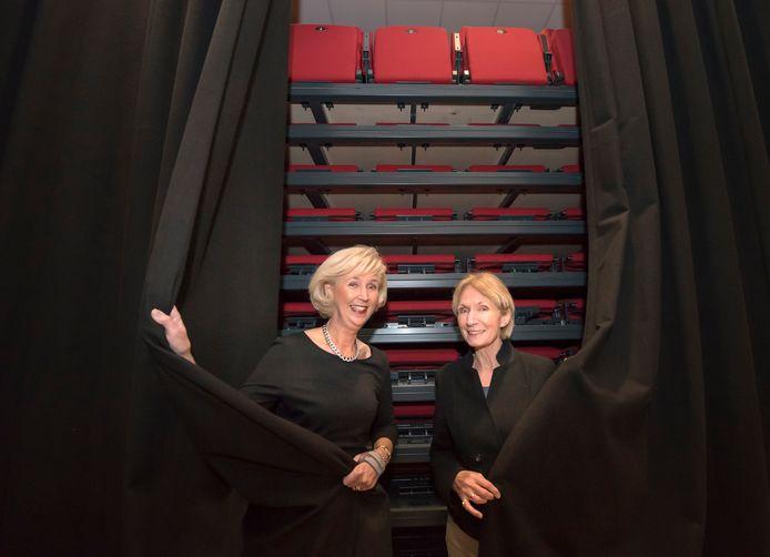 De uitschuiftribune die Astrid van Schaik (l) en programmeur Rosemarie Landman drie jaar terug met trots lieten zien vlak voor de opening van het nieuwe theater, blijft met dertig man publiek achter het doek verscholen.