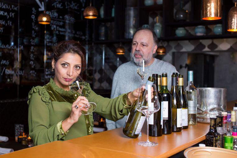 Sommelier Sepideh en Frank Van der Auwera weten hoe je wijn volledig tot zijn recht laat komen. Beeld Steven Richardson