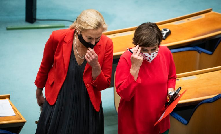 Sigrid Kaag (D66) en Lilianne Ploumen (PvdA) tijdens de schorsing van het debat over de formatie in de Tweede Kamer.  Beeld Freek van den Bergh / de Volkskrant