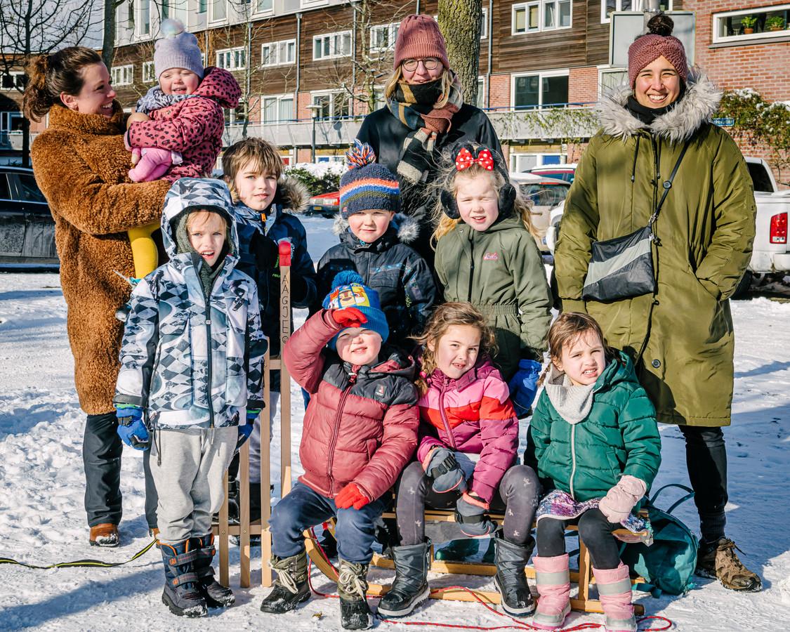 Kinderen en moeders op het Adriaan Menninckkwartier in Utrecht waar de kinderen via de buurt-app hun tweedehands winterkleding hebben geruild tot passende exemplaren.