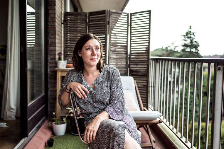 Thalisa (29) in haar appartement in Sint Amandsberg.