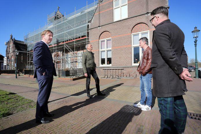 Gedeputeerde Eric de Bie (L) was aanwezig in Raamsdonk waar de renovatiewerkzaamheden aan het dak van het ontmoetingscentrum aan de Markt zijn begonnen. Hij wordt onder meer rondgeleid door de initiatiefnemers en wethouder Mike Hofkens (R).
