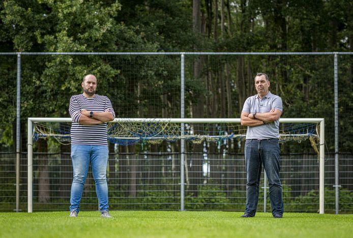 Voorzitter Emile Jager van vv Oeken (l) en Paul Busser, voorzitter van Sportclub Brummen (r), kunnen het privé prima met elkaar vinden, maar hun clubs staan lijnrecht tegenover elkaar.