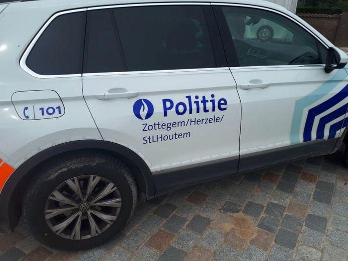 Een patrouille van politie Zottegem/Herzele/Sint-Lievens-Houtem kwam ter plaatse om de nodige vaststellingen te doen.