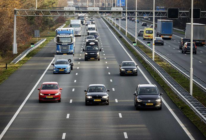 Nederlanders rijden nog evenveel, maar doen dat nu op andere momenten. Daardoor zijn er minder files.