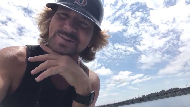 Eddie Vedder kondigt zijn trickshot aan Beeld YouTube