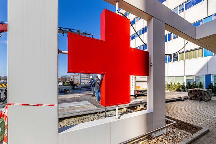 Veel ziekenhuizen breiden razendsnel hun capaciteit uit. Het Academisch ziekenhuis in Maastricht bouwt een triagetent op de parkeerplaats.
