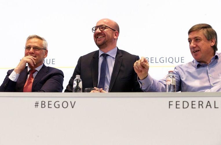 Minister van Werk Kris Peeters (CD&V), premier Charles Michel (MR) en binnenlandminister Jan Jambon (N-VA) bij de voorstelling van het akkoord rond de taxshift. Beeld belga