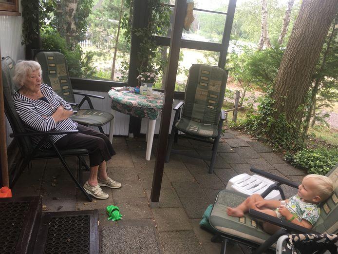 Sjaan van den Berg (90) in de zomer van 2019 op haar zo geliefde plek: de vaste plek op de camping in Heerde.