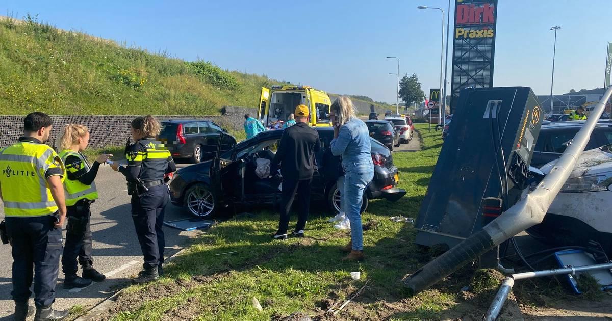 Ravage door botsing op de Knardijk West: één gewonde en vijf autos beschadigd.