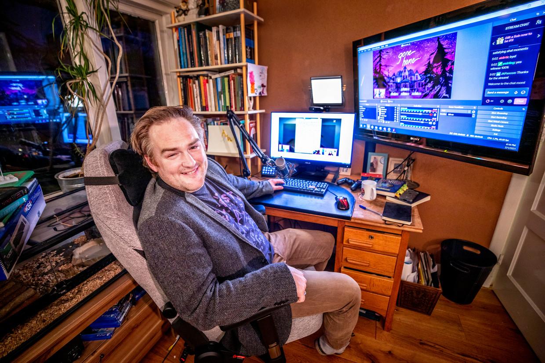 Angus Mol, thuis in zijn kantoor in Leiderdorp. Beeld Raymond Rutting / de Volkskrant