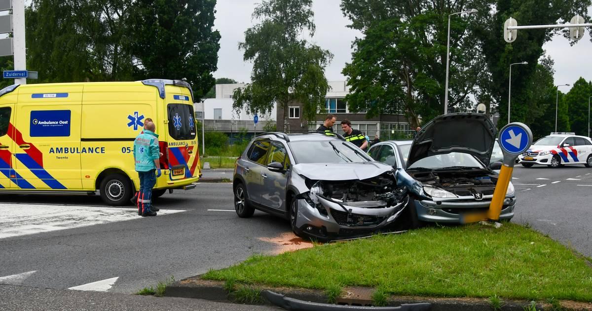 Autos total loss na botsing op kruising in Enschede, files op Zuiderval en singel.
