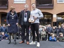 Baanwielrenner Hoogland ontvangt erepenning van gemeente Hellendoorn