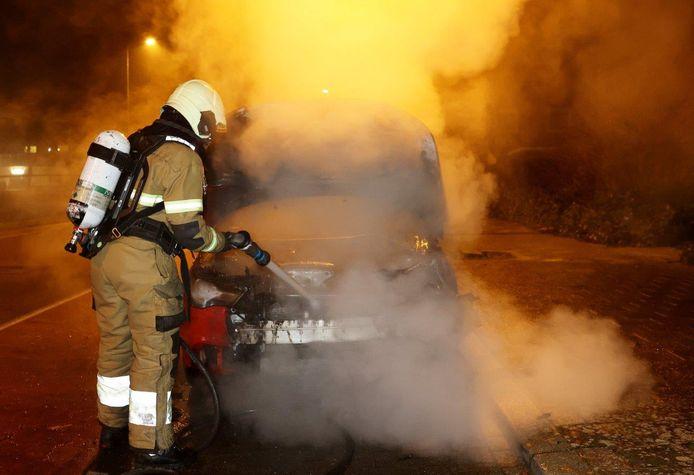 Op 1 januari was de avondklok nog niet actief. Hier brandde een auto uit aan de Boschmeersingel in Den Bosch.