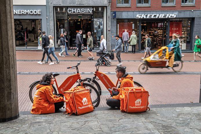 Maaltijdbezorgers bij Molenstraatkerk. Deze bezorgers hebben niets met het genoemde geweldsincident te maken.