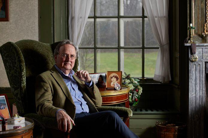 Oud-rechtbankpresident Robert Croll is afgezwaaid als voorzitter van het Vfonds, en kreeg daarvoor het Ereteken van Verdienste uit handen van minister Bijleveld.