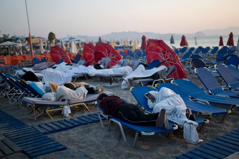 Tourist sleep on sun beds at a beach of the Greek island of Kos, on Saturday, July 22, 2017. Hundreds of residents and tourists on the eastern Greek island of Kos spent the night sleeping outdoors, on beach lounge-chairs, in parks and olive groves or in their cars, a night after a powerful earthquake killed two tourists and injured nearly 500 others across the Aegean Sea region, in Greece and Turkey. (AP Photo/Petros Giannakouris) Beeld AP